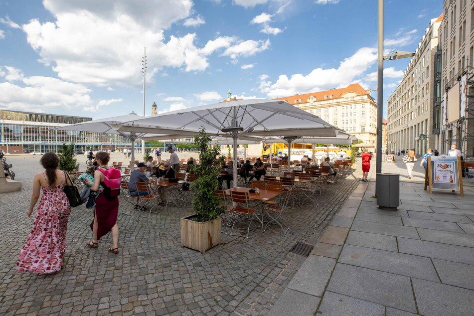 EM-Biergarten auf dem Altmarkt: Gemütlich im Freien sitzen und gemeinsam Fußball gucken - ab Freitag geht's wieder los.