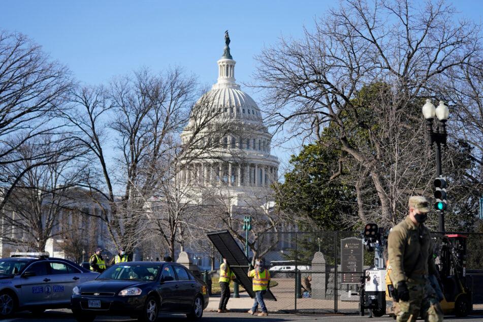 Neue Sicherheitsmaßnahmen: Arbeiter installieren eine Umzäunung in der Nähe des Kapitols in Washington.