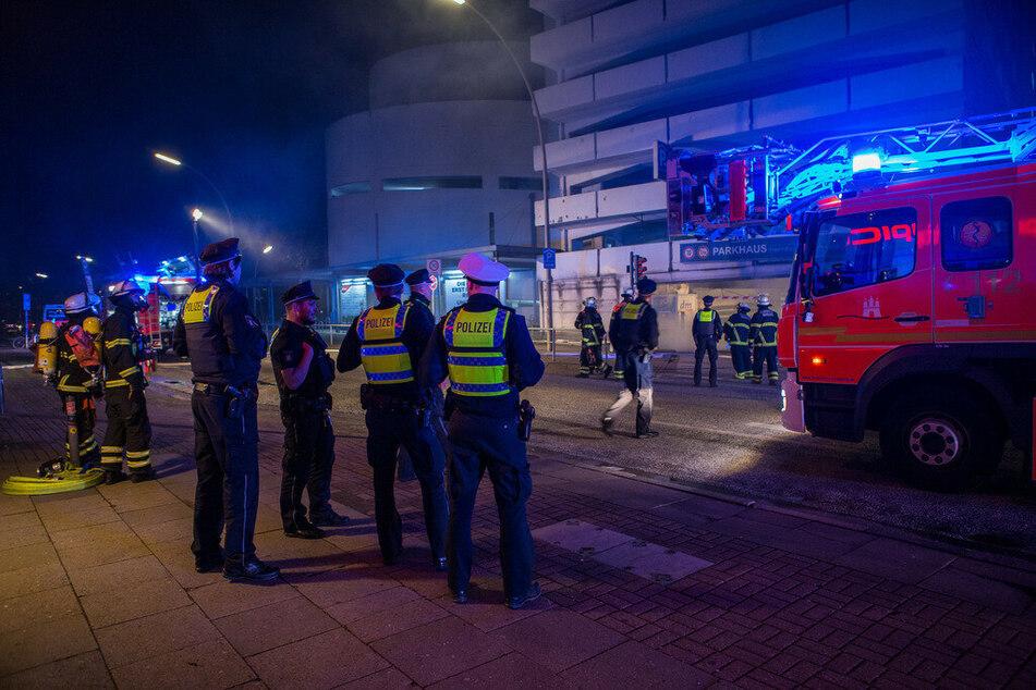 Einsatzkräfte stehen vor dem Parkhaus in der Humboldtstraße.