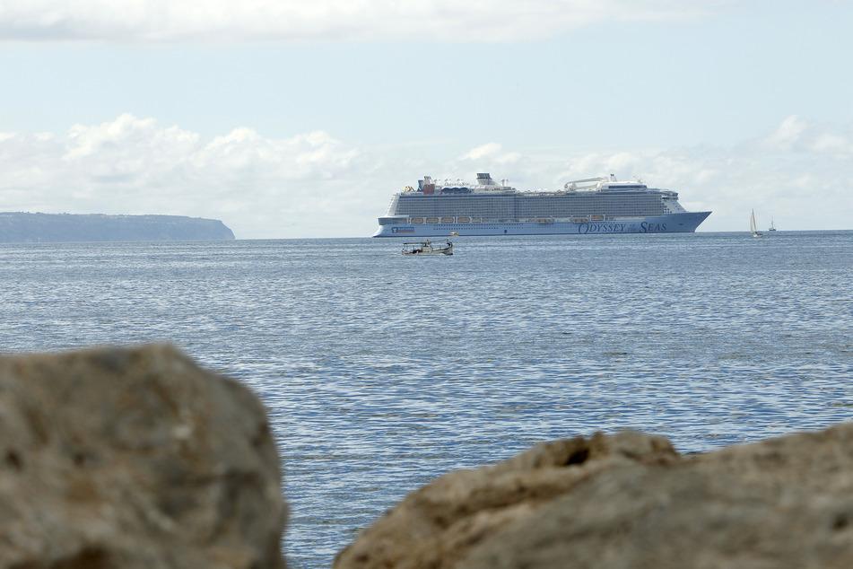 Erstmals seit Ausbruch der Corona-Pandemie ist wieder ein Kreuzfahrtschiff in Palma auf Mallorca vor Anker gegangen.