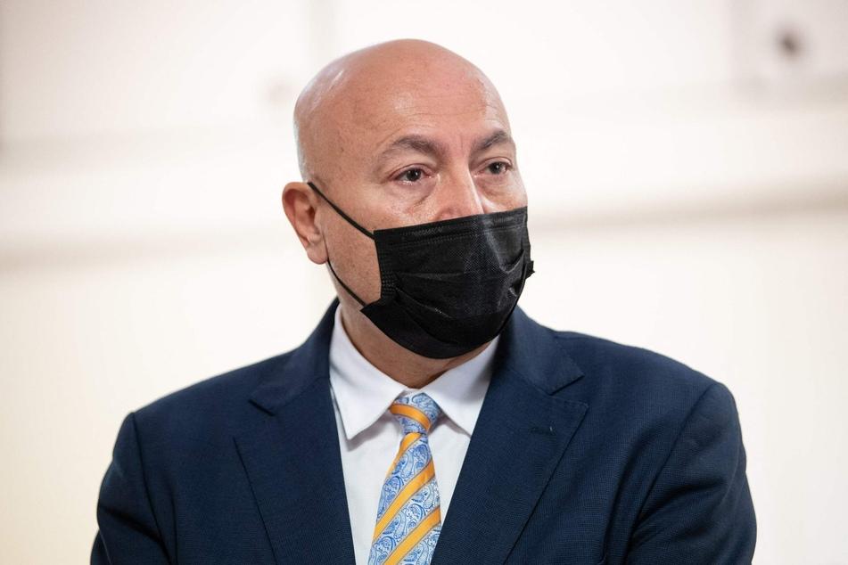 Eric Maurel, Staatsanwalt von Nimes, nannte bei einer Pressekonferenz mehr Details zu dem Täter.