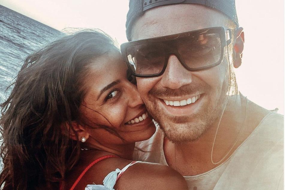 Im Oktober 2020 zeigten die beiden sich noch verliebt am Strand.
