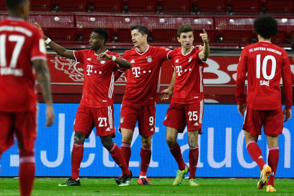 Robert Lewandowski (M.) entschied das Spitzenspiel für den FC Bayern mit einem Doppelpack.