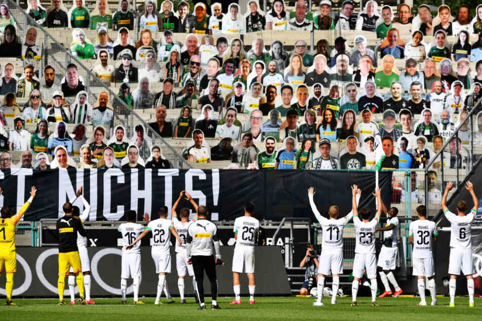 Borussia Mönchengladbachs Spieler feierten mit den Pappaufstellern den klaren 4:1-Sieg gegen den 1. FC Union Berlin.