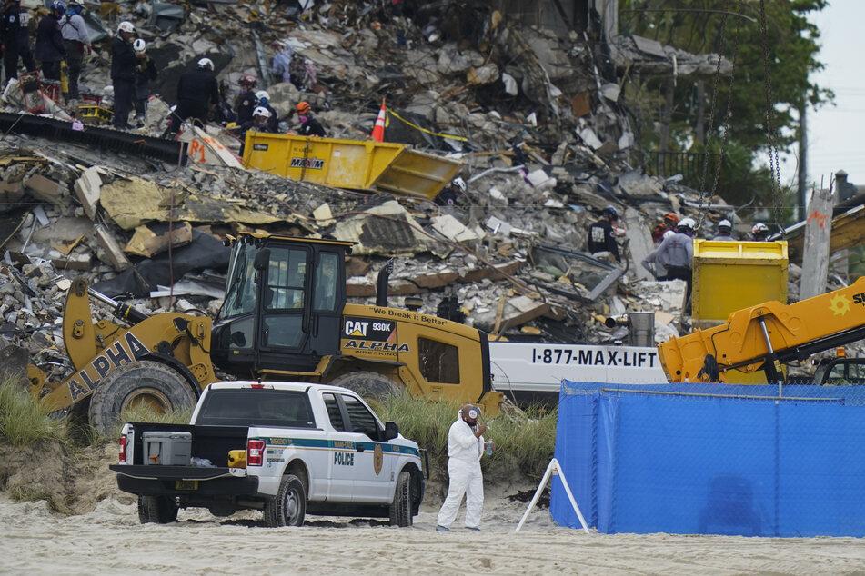 Such- und Rettungskräfte suchen nach Überlebenden in den Trümmern des Champlain Towers South.