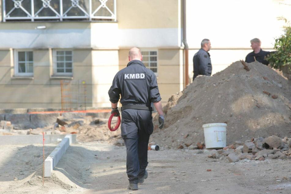 Spezialisten des Kampfmittelbeseitigungsdienstes auf einer Baustelle in der Dresdner Neustadt. Dort wurden im April 2020 mehrere Granaten gefunden.