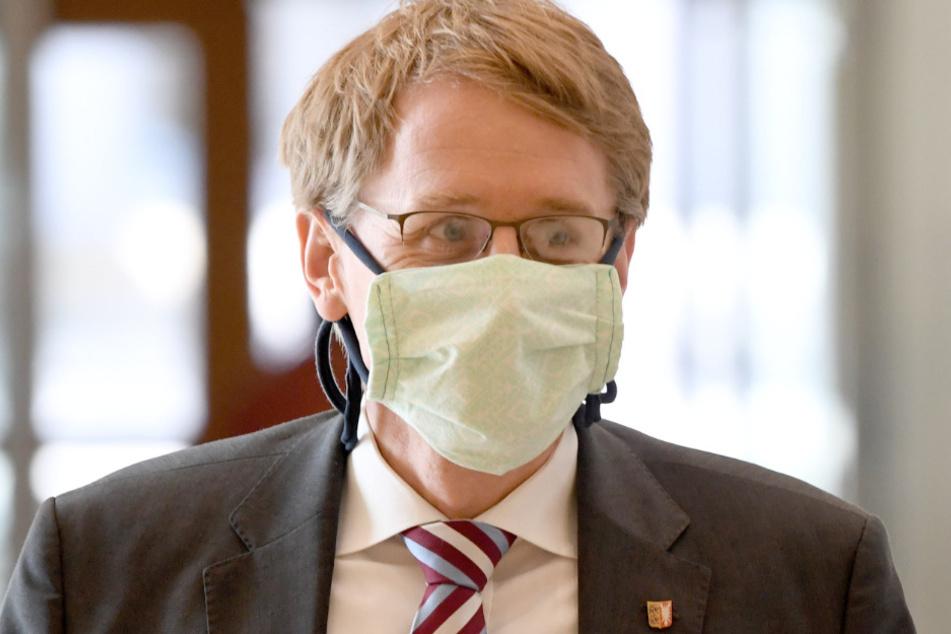 Daniel Günther (CDU), Ministerpräsident von Schleswig-Holstein kommt mit einer Schutzmaske zu der Sondersitzung des Landtags.