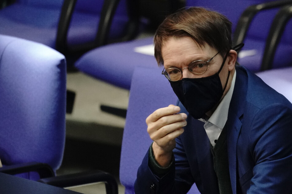 Karl Lauterbach (SPD) verfolgt die Sitzung im Bundestag.