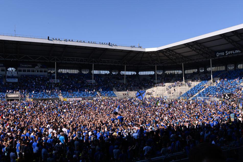 Blick in das mit Fans gefüllte Carl-Benz-Stadion.