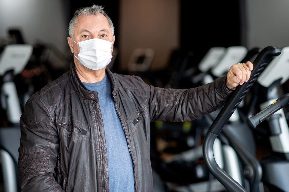 Peter Firnhaber, Geschäftsführer der FitnessCenter Langenhagen GmbH, steht mit einer Mund-Nasen-Bedeckung in seinem geschlossenen Fitnessstudio. Firnhaber plant, gerichtlich gegen die durch den Teil-Lockdown angeordnete Schließung vorzugehen.