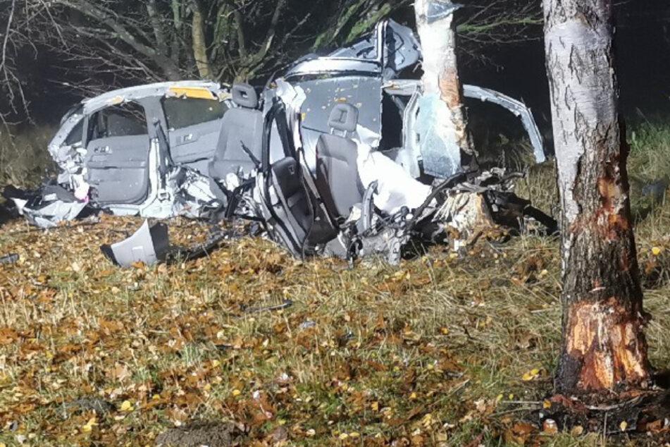 Tödlicher Unfall: Frau (20) kracht gegen Bäume und stirbt