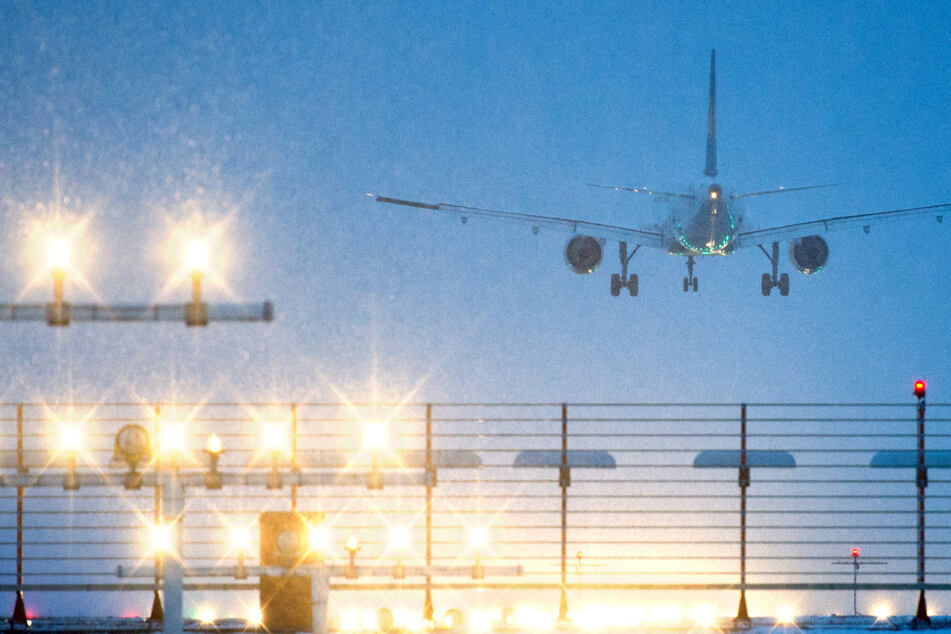 Hier landet ein Flugzeug landet auf dem Flughafen Hannover. (Archivbild)