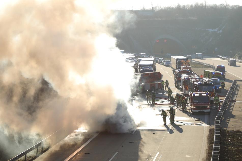Unfall A17: Chaos auf A17: VW fährt auf Lkw auf und fängt im Anschluss Feuer