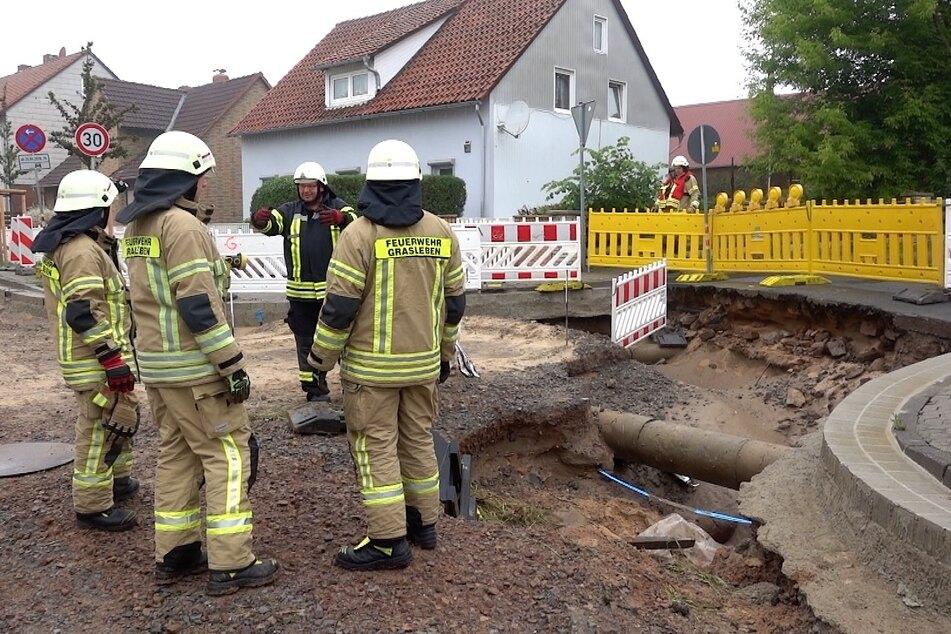 Feuerwehrleute bei den Aufräumarbeiten am Sonntag in Grasleben.