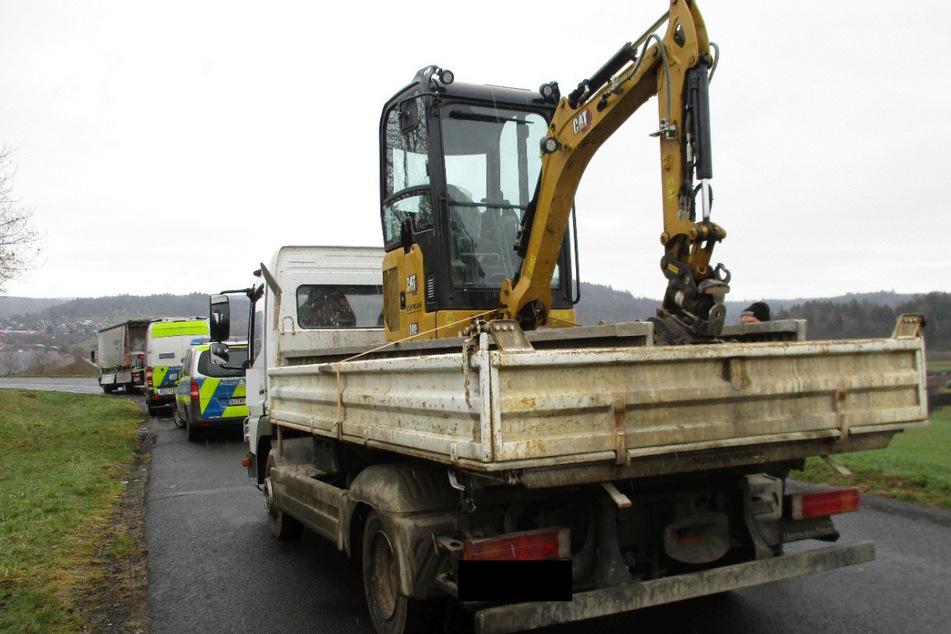 Polizei zieht Laster mit ungesichertem Bagger aus dem Verkehr