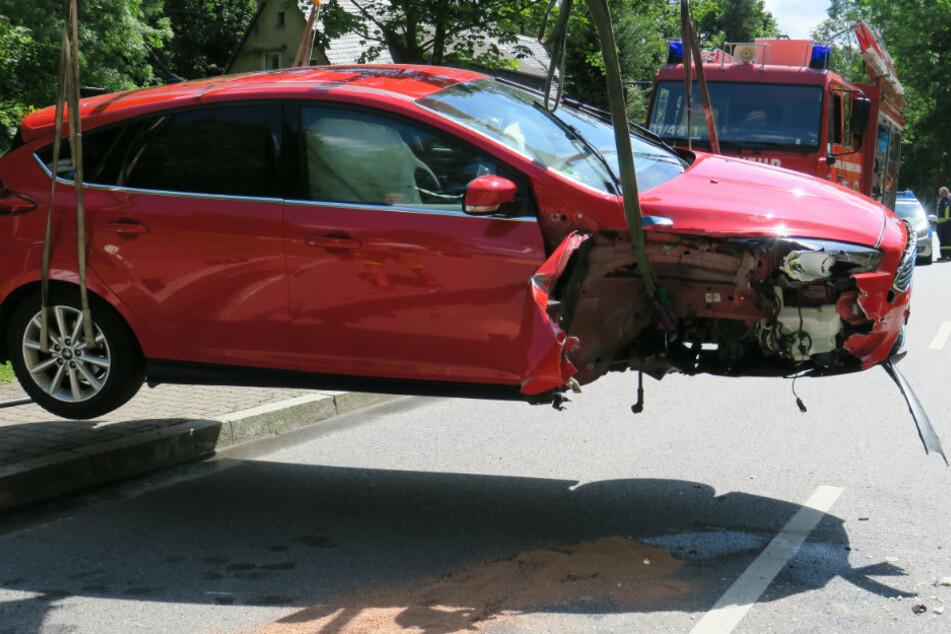 Ford kracht in Geländer: Rad bei Unfall herausgerissen