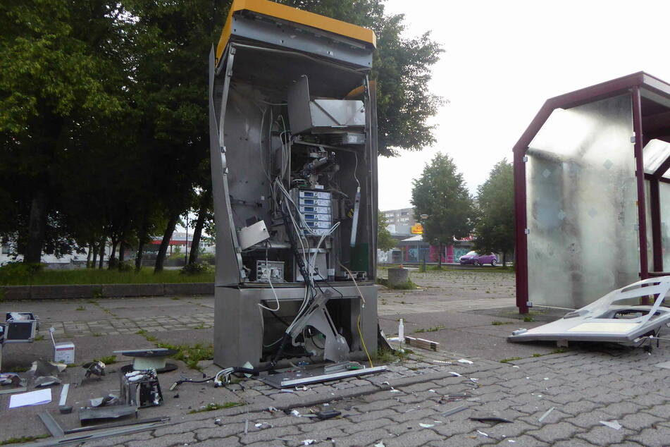 Trümmerfeld an Haltestelle: Ticketautomat gesprengt!