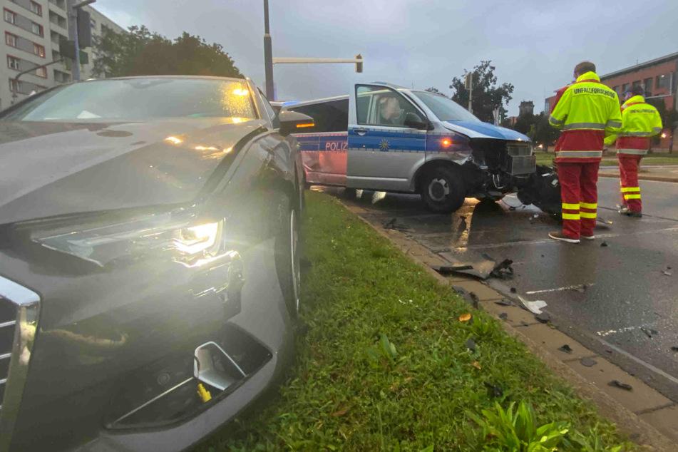 Audi und Polizeibus wurden an ihren Stoßstangen beschädigt.