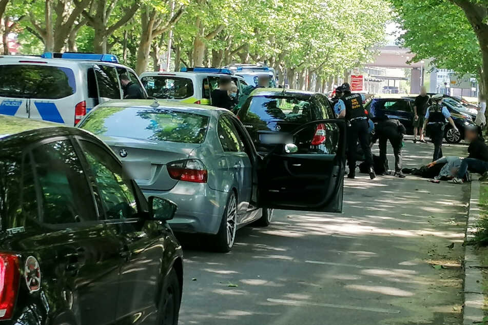Nach der Attacke: Polizisten sind vor Ort, eine Person liegt am Boden.