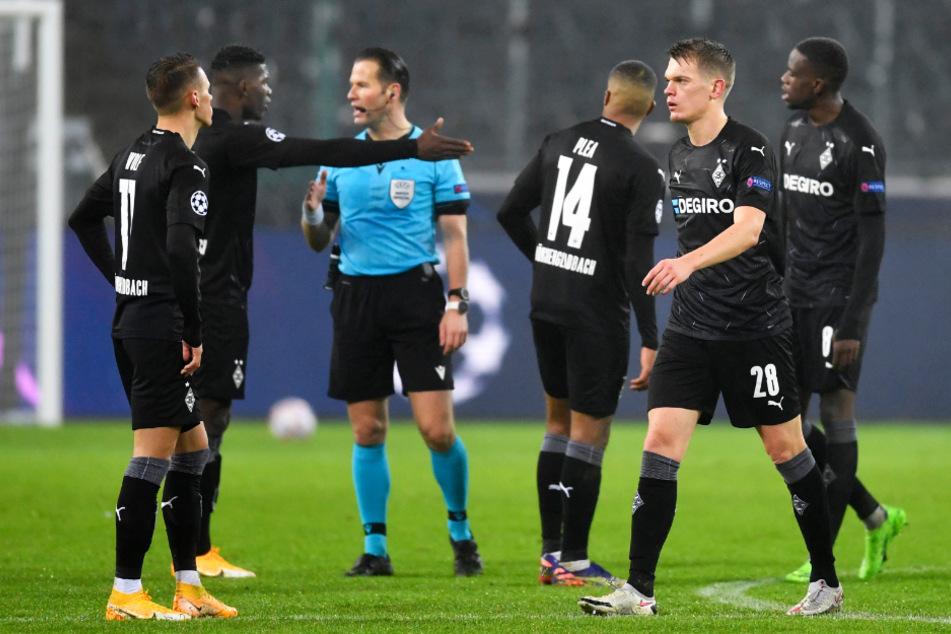 Gladbachs Spieler um Breel Embolo (23, 2.v.l.) diskutierten nach Schlusspfiff erregt mit Schiedsrichter Danny Makkelie (37, 3.v.l.).
