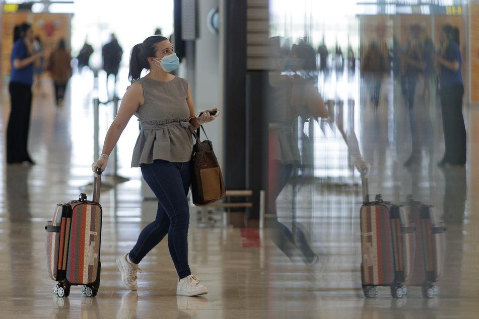 Eine Passagierin steht im Terminal 4 des Flughafens Adolfo Suarez Madrid-Barajas. Da in Norwegen und Spanien noch über den 15. Juni hinaus Einreisesperren wegen der Corona-Pandemie gelten, verzögert sich für diese beiden Länder die Aufhebung der Reisewarnung, die eine kostenlose Stornierung von Urlaubsreisen ermöglicht.