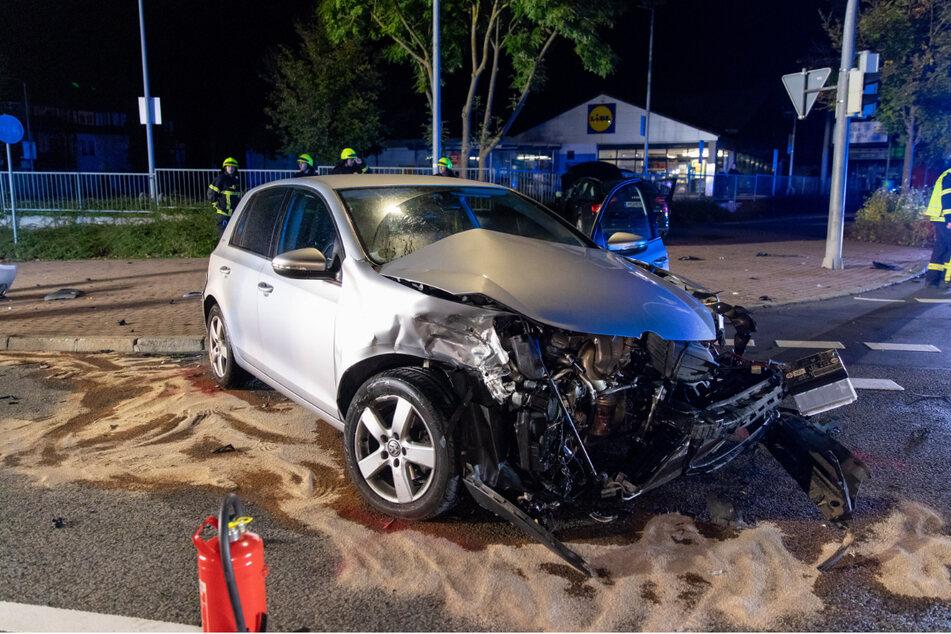 Trümmerfeld nach Vorfahrtsfehler: VW und Audi kollidieren frontal