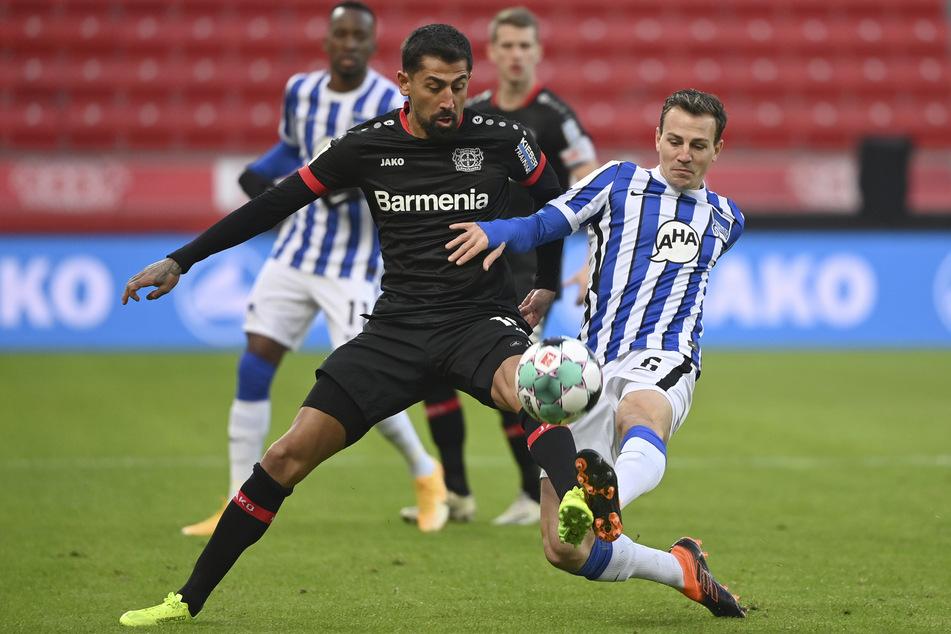 Leverkusens Kerem Demirbay (l.) und Berlins Vladimir Darida lieferten sich umkämpfte Duelle. Ein Distanzschuss des Bayer-Spielers war das Highlight in einer ereignisarmen ersten Halbzeit.