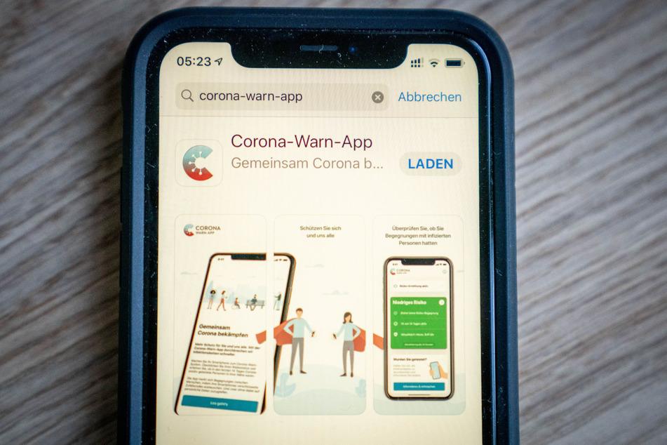 Die offizielle Corona-Warn-App steht am frühen Morgen zum Download im App-Store bereit.
