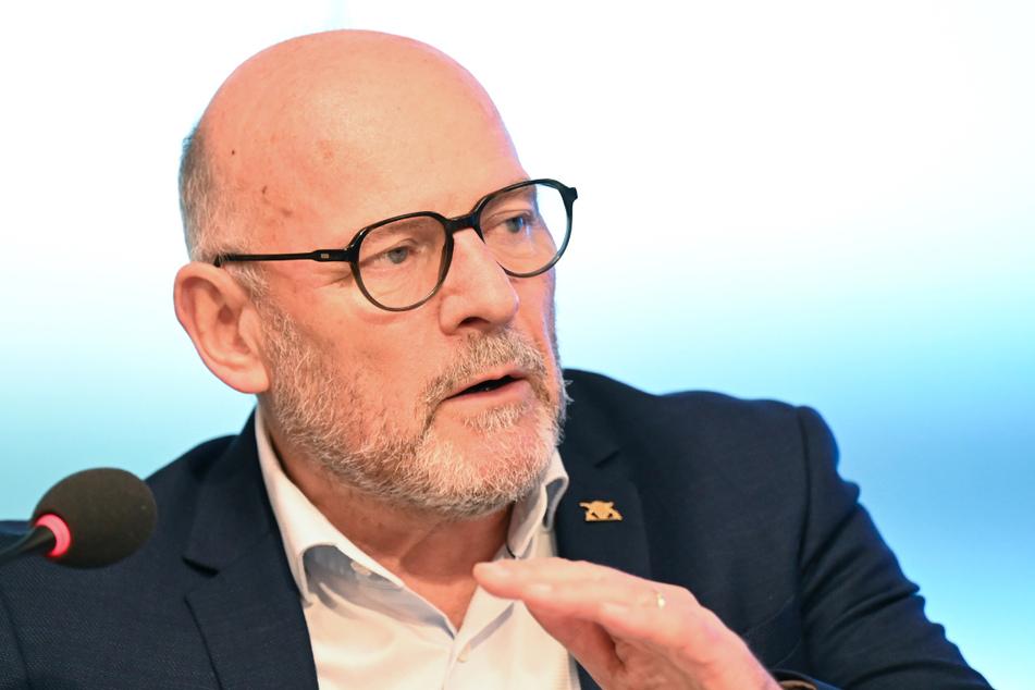 Baden-Württembergs Verkehrsminister Winfried Hermann (69, Grüne) möchte, dass in Städten Tempo 30 gilt.