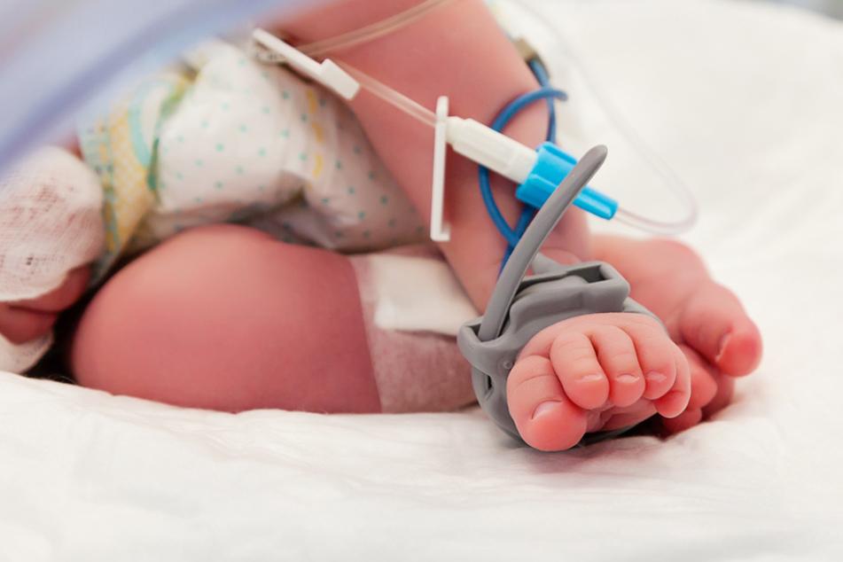 Von der Mutter zum Sterben ausgesetzt: Neugeborenes liegt 34 Stunden nackt im Freien