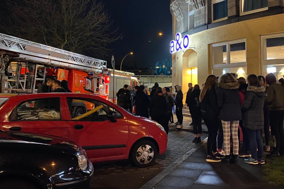 Mehrere Hundert Hostelgäste standen auf der Straße.
