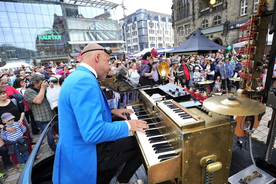 """2019 unterhielt Musiker Peter Till die Festival-Besucher in der Innenstadt mit dem """"Universal Druckluft Orchester""""."""