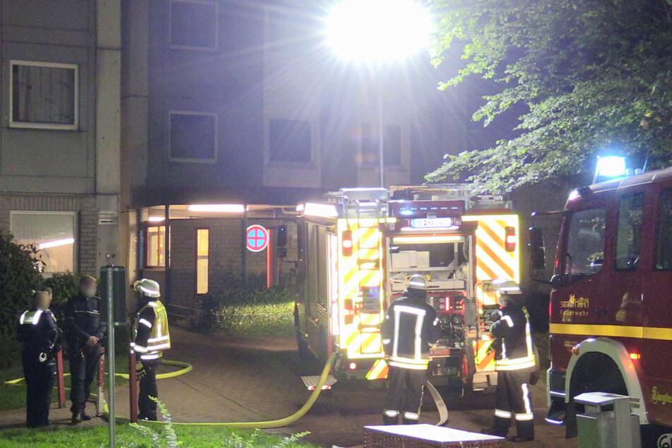 Die Einsatzkräfte mussten in der Nacht zu Freitag zahlreiche Wohnungen und Kellerbereiche des Hochhauses kontrollieren, bis der Brandherd entdeckt werden konnte.
