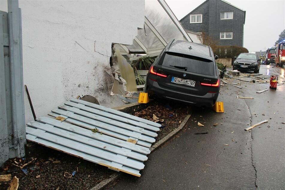 Einsturzgefahr: BMW-Fahrer kracht mit voller Wucht in Hauswand, Auto muss drin bleiben
