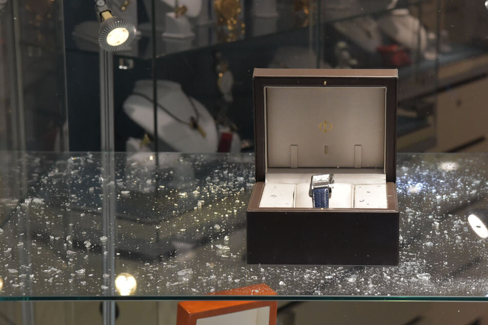Juweliergeschäft in Bitterfeld ausgeraubt: Mehr als 100.000 Euro Schaden