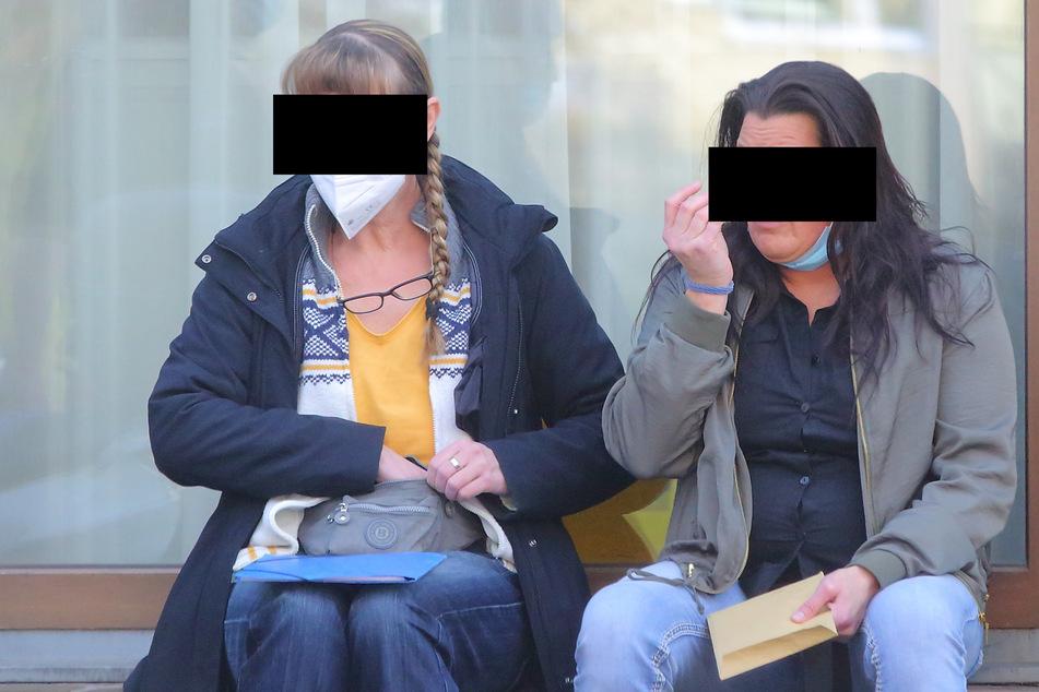 Haben Kerstin K. (54, l.) und Anja K. (42) 21.500 Euro veruntreut? Das versucht das Amtsgericht Dresden herauszufinden.