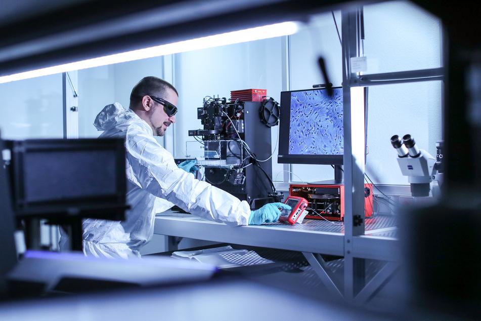 Ein Forscher arbeitet in einem Labor des Fraunhofer-Instituts in Zwickau. Für 25 Forschungsprojekte gibt Sachsen jetzt 90 Millionen Euro aus.