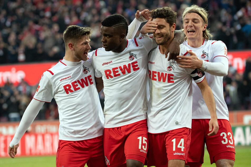 Die Kölner Jan Thielmann (v.l.n.r.), Jhon Cordoba, Jonas Hector und Sebastiaan Bornauw bejubeln das Tor zum 3:0 gegen Wolfsburg.