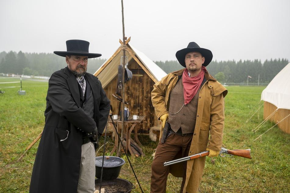 Schauspieler Rico Schaffner (58, links) schlüpft in die Rolle des Geschäftsmanns Mr. J.C. Harry. Marco Seifert (41) spielt den Cowboy Mr. Hank Pull Smith.