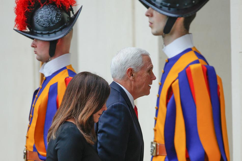 Mike Pence (M), Vizepräsident der USA, und seine Frau Karen treffen im Hof des San Damaso im Vatikan ein, und gehen an Schweizer Gardisten vorbei.