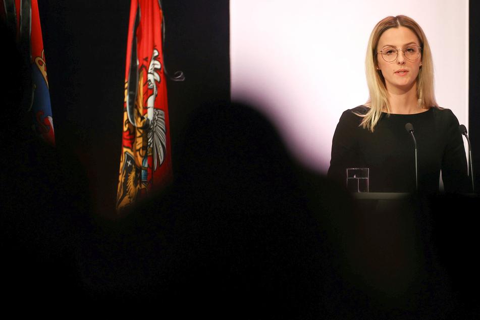 Ajla Kurtovic, Schwester eines der Opfer, spricht bei der Gedenkfeier für die Opfer des Anschlags von Hanau im Congress Park Hanau