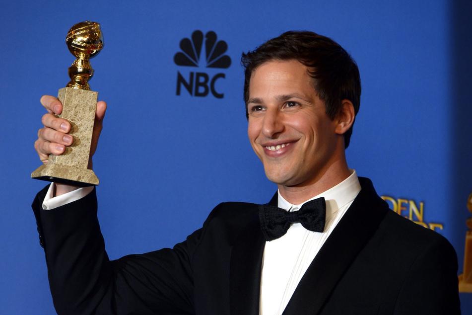 """Samberg mit seinem Golden Globe, den er 2014 als """"Bester Serien-Darsteller"""" in der Kategorie Komödie erhielt. Gerade die ersten Staffeln von """"Brooklyn Nine-Nine"""" erhielten zahlreiche Auszeichnungen."""