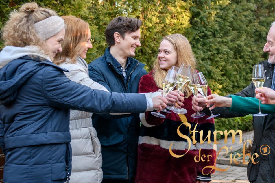 """""""Sturm der Liebe"""": Jennifer Siemann alias """"Lucy Ehrlinger"""" (4. v.l.) nimmt Abschied vom Fürstenhof."""