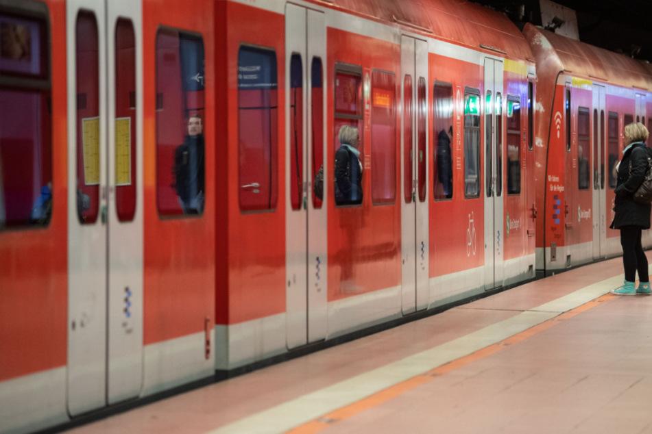 Mann fasst Mädchen (16) in S-Bahn in den Intimbereich