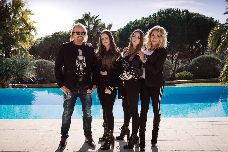 Robert (56), Davina (17), Shania (16) und Carmen Geiss (55).