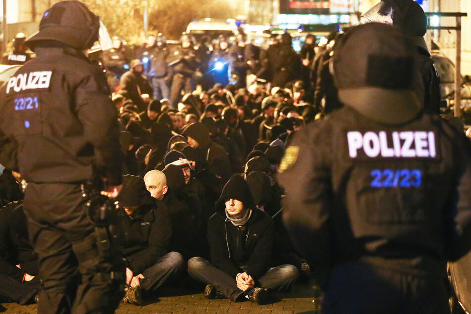 Rechtsradikale wurden im Stadtteil Connewitz in Leipzig im Januar 2016 von der Polizei festgehalten.