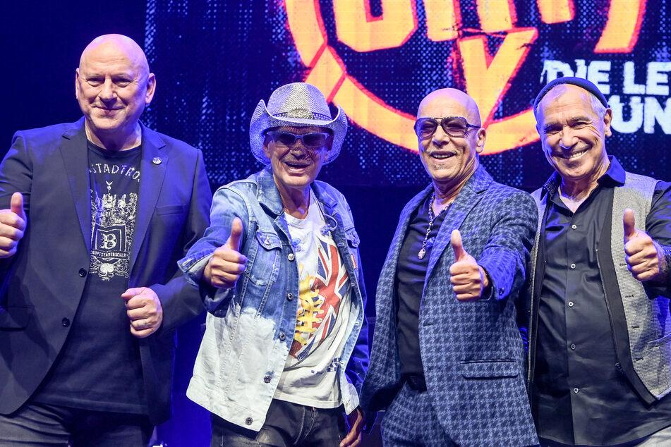 Die Musiker Manfred Hennig (69, v.l.n.r.), Toni Krahl (71), Fritz Puppel (76) und Georgi Gogow (73) von der Band City bei einem Pressetermin zum 50-jährigen Bestehen im Jahr 2022.