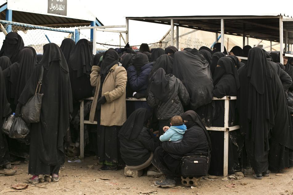 Bilder aus dem Lager in Al-Hol. Hier sind neben Geflohenen auch gefangene IS-Frauen.