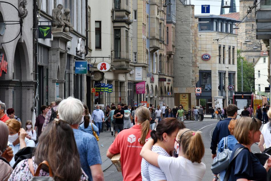 Menschen tummeln sich auf einer Einkaufsstraße in Erfurt. Abstand halten und nur eine bestimmte Anzahl an Personen treffen könnte in Thüringen bald der Vergangenheit angehören.