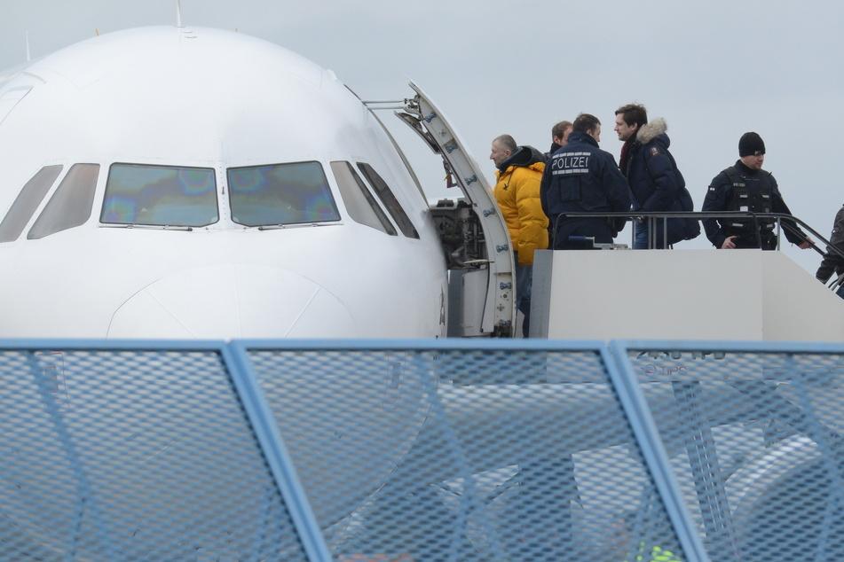 Ein Abschiebe-Flieger startete gegen 12 Uhr in Leipzig mit 50 Personen aus Sachsen.